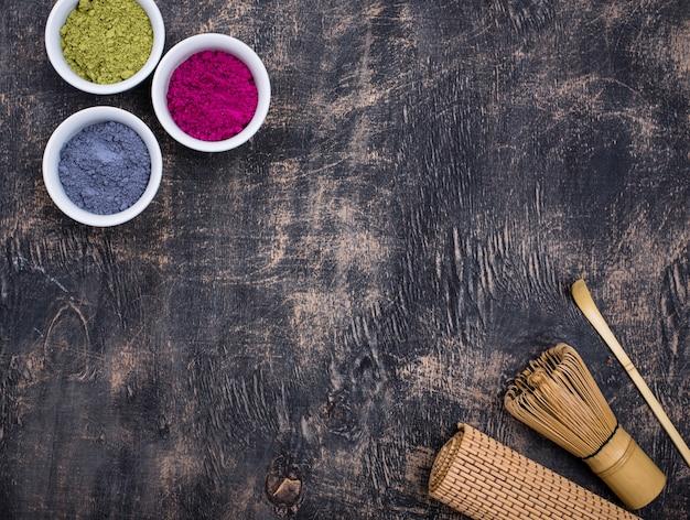 Groen, blauw en roze matchapoeder Premium Foto