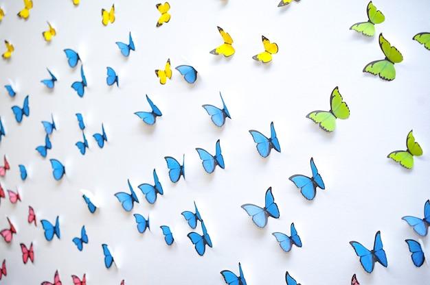 Groen blauw gele vlinder grafische kunst pop-up 3d op de witte schone muur Premium Foto