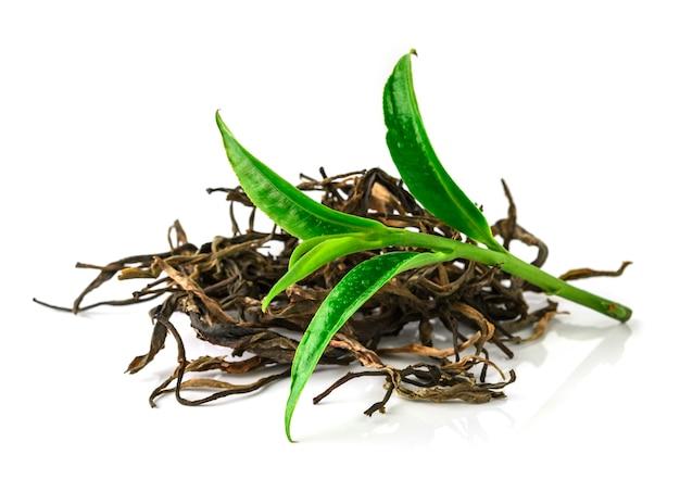 Groen theeblad dat op witte achtergrond wordt geïsoleerd Premium Foto