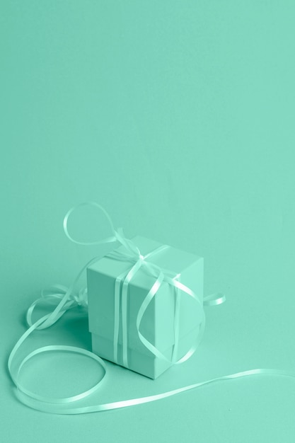 Groene achtergrond met isometrische geschenk Gratis Foto