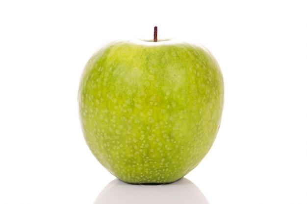 Groene appel op witte achtergrond in de studio Gratis Foto