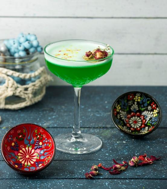 Groene cocktail met hazerlnuts op de tafel Gratis Foto