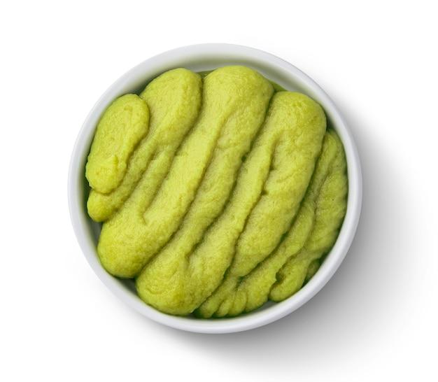 Groene die wasabimierikswortel op witte achtergrond met het knippen van weg, hoogste mening wordt geïsoleerd Premium Foto