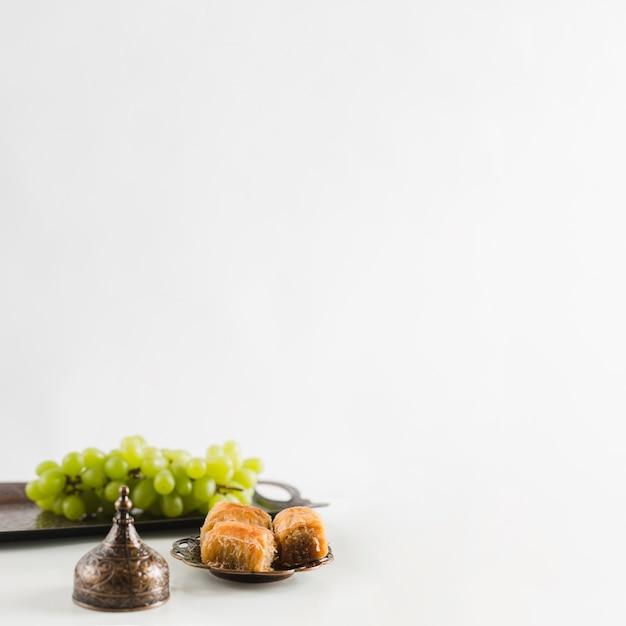 Groene druif op dienblad dichtbij baklava Gratis Foto