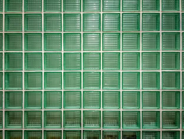Groene glazen muur achtergrond. groene muur van glanzend betegeld glazen blokken. Premium Foto