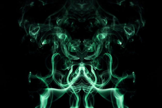 Groene golvende rook op zwarte achtergrond Gratis Foto