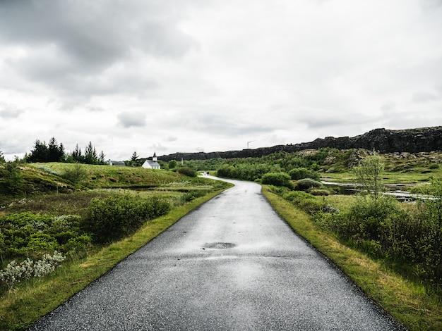 Groene groene weg in ijsland Gratis Foto