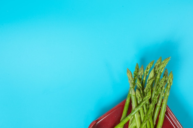 Groene groenten geplaatst in een dienblad met blauwe kleur. Gratis Foto