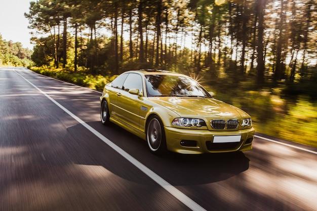 Groene haki kleur sedan auto rijden op de weg. Gratis Foto