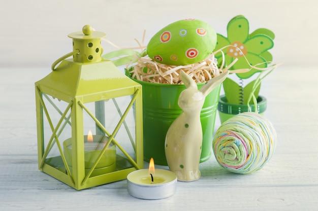 Groene kaars, speelgoedkonijn, kaars en eieren Premium Foto