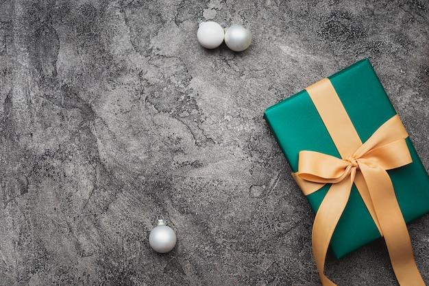 Groene kerstcadeau op marmeren achtergrond met kopie-ruimte Gratis Foto