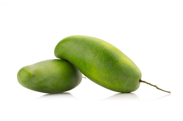 Groene mango geïsoleerd op een witte achtergrond Premium Foto