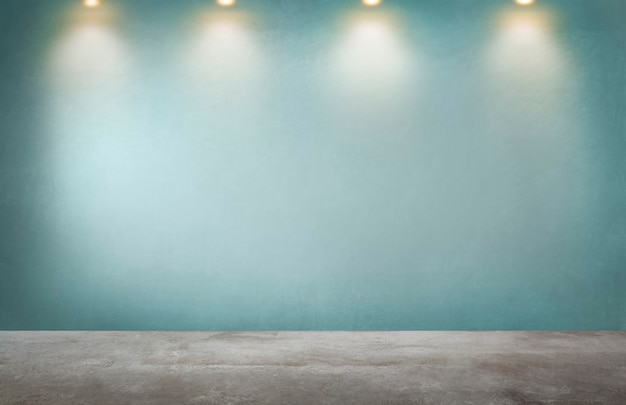 Groene muur met een rij van schijnwerpers in een lege ruimte Gratis Foto