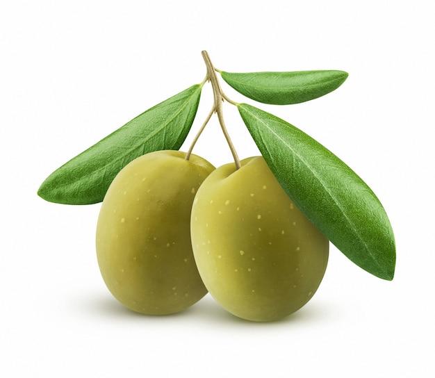 Groene olijven met bladeren geïsoleerd op wit Premium Foto