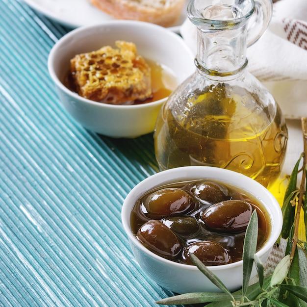Groene olijven met honing Premium Foto