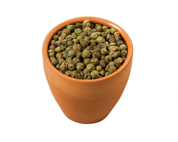 Groene paprika in een kom op een witte achtergrond Premium Foto