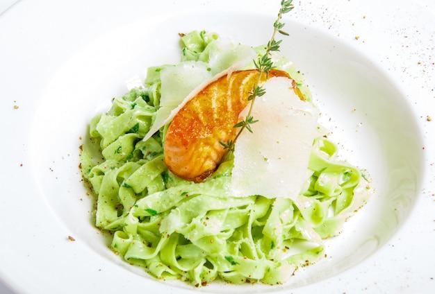 Groene pasta met gegrilde vis Gratis Foto