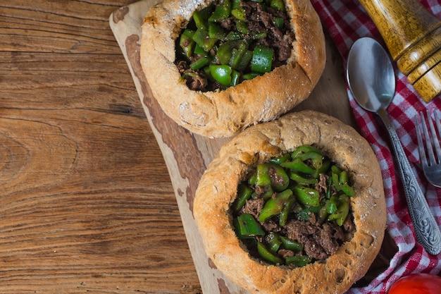 Groene peper gebakken rundvleesbrood Premium Foto