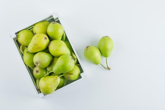 Groene peren in een houten doos bovenaanzicht op een witte achtergrond Gratis Foto