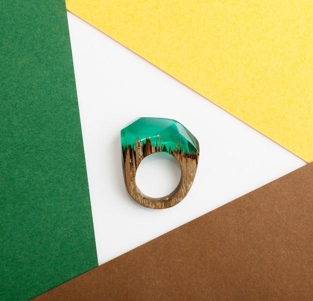 Groene ring epoxyhars sieraden Premium Foto