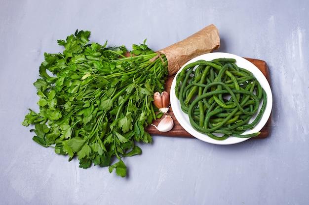 Groene salade en kruiden op blauw Gratis Foto