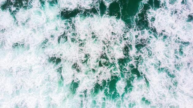 Groene schuimende golven in north beach in nazare, portugal Gratis Foto