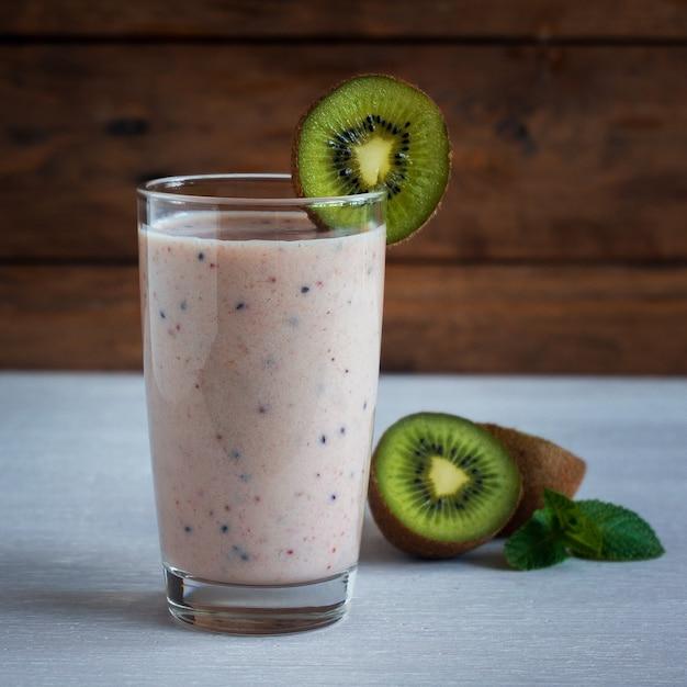Groene smoothie-kiwibanaan en aardbei, gezond eten, superfood Premium Foto