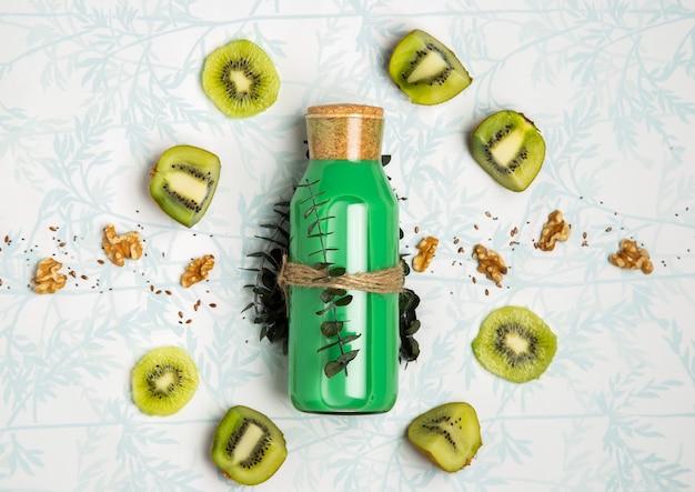 Groene smoothie met notenzaden en kiwi Gratis Foto
