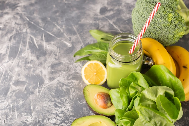 Groene smoothie op humeurige donkere achtergrond Premium Foto