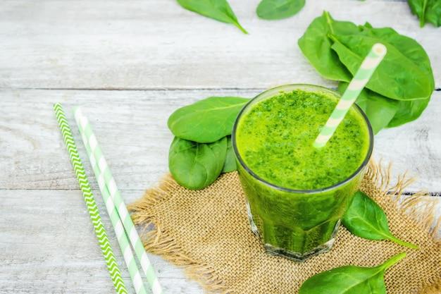 Groene smoothies met groenten en fruit. detox day. afslanken en uitscheiden van slakken. gezond eten. selectieve aandacht. Premium Foto