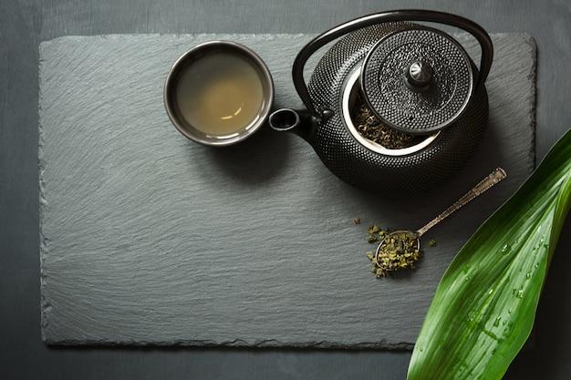 Groene thee op zwarte lei. Premium Foto