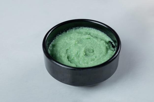 Groene wasabisaus in een zwarte schotel. Gratis Foto
