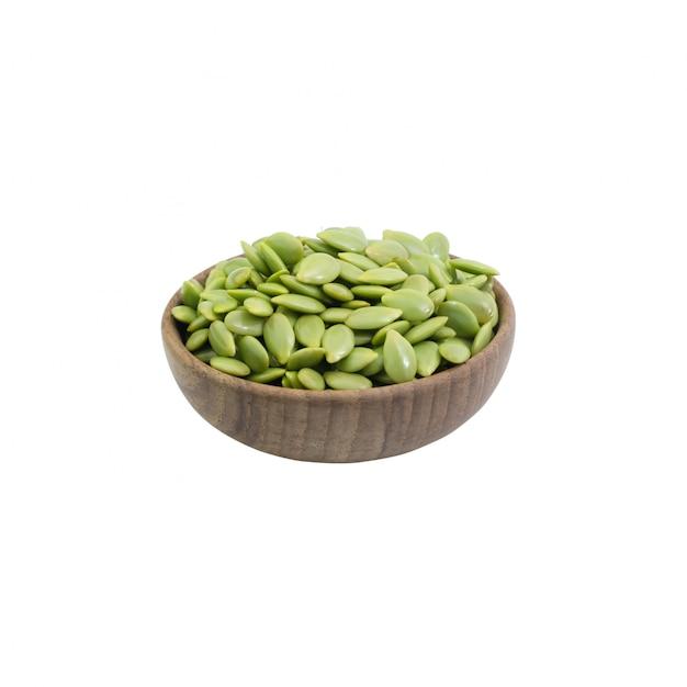 Groene zaad witte die popinac in komhout op wit wordt geïsoleerd Premium Foto