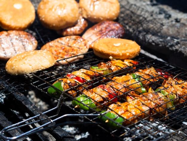 Groente en vlees braden op steenkool Gratis Foto