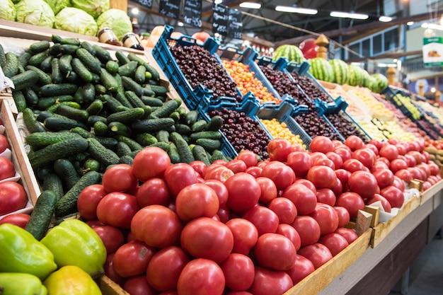Groenteboer markt teller Premium Foto