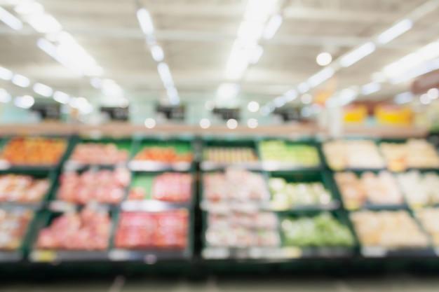 Groenten en fruit op de planken in de supermarkt achtergrond wazig Premium Foto