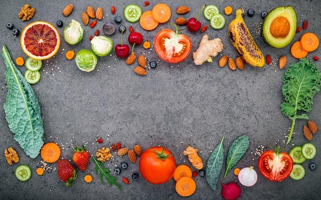 Groenten en fruit voor gezonde smoothies op donkere steen Premium Foto
