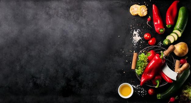 Groenten ingesteld aan de linkerkant van een zwarte lei Gratis Foto