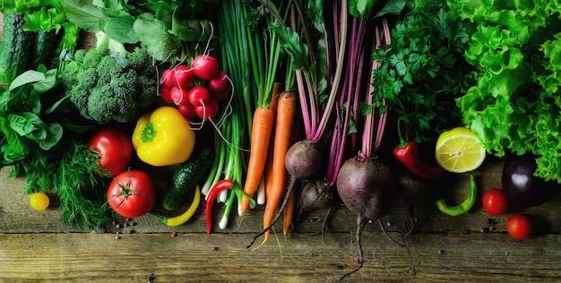 Groenten op houten achtergrond. natuurvoeding, vegetarisch concept Premium Foto