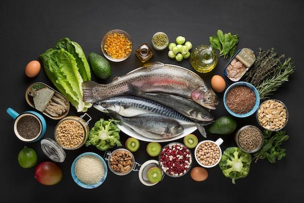 Groentensalade, papieren zak, ronde frame, salade ingrediënten, houten achtergrond, grenskader Premium Foto