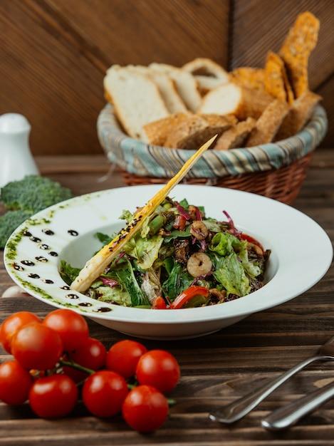 Groentesalade met tomaten en kruiden Gratis Foto