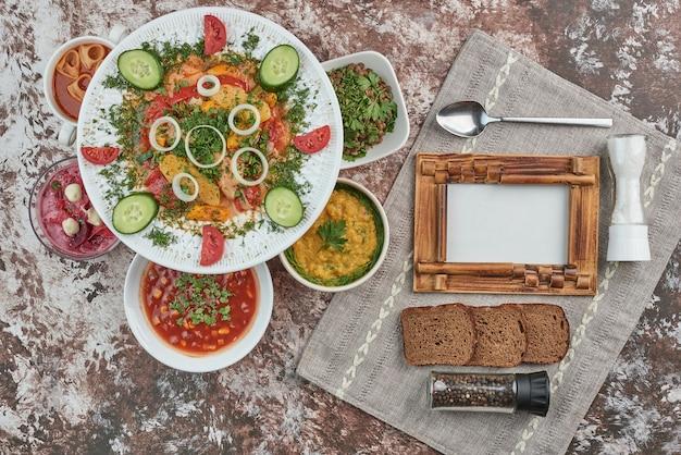 Groentesalade met voedsel in keramische gerechten. Gratis Foto