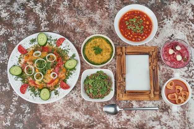 Groentesalade soepkoppen op tafel. Gratis Foto