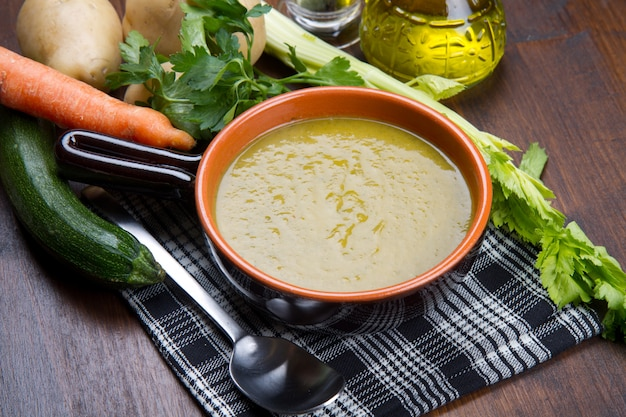 Groentesoep met verse groenten Premium Foto