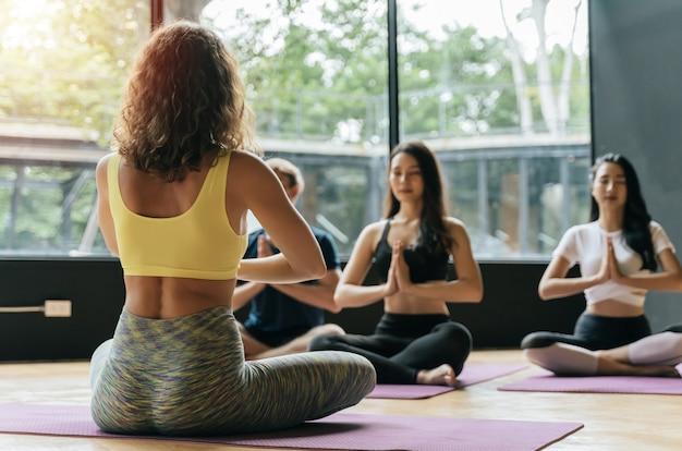 Groep atletische jonge diverse culturen sportieve mensen die yoga uitoefenen Premium Foto