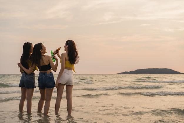 Groep aziatische tieners die partij het vieren op strand hebben Gratis Foto