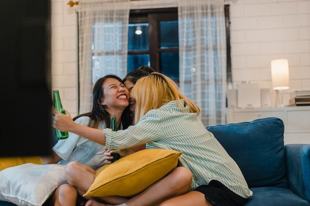 Groep aziatische vrouwenpartij thuis Gratis Foto