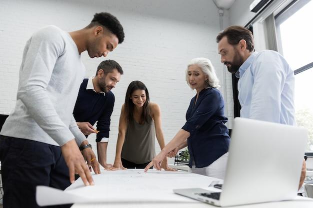 Groep bedrijfsmensen die financieel plan bespreken Gratis Foto