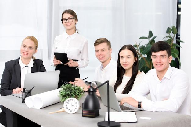 Groep bedrijfsmensen die in de conferentielijst zitten Gratis Foto