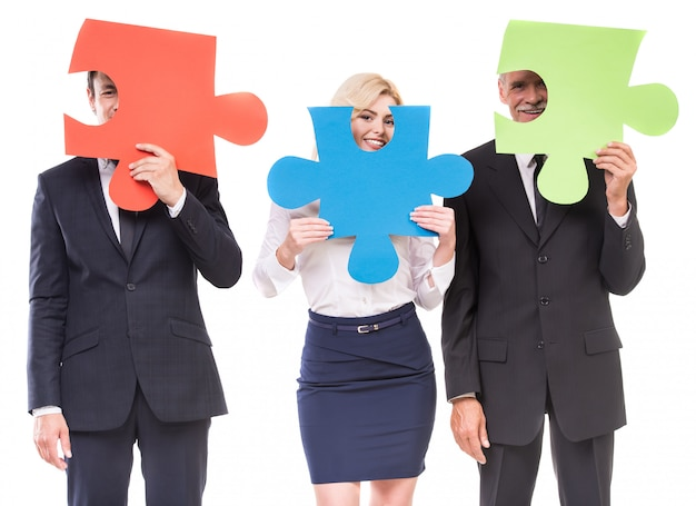 Groep bedrijfsmensen die puzzel assembleren. Premium Foto